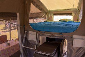 Callaqui-Camper-Carpa-espacio-interior-cama-en-altura