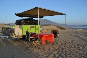 Camper-Antuco-toldo-armado-playa